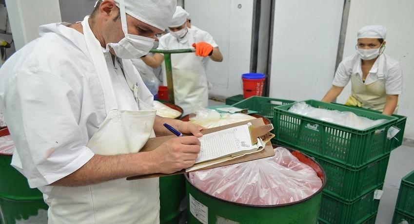 Wir suchen Helfer Produktion (m/w/d) im Raum Ahrensburg für die Lebensmittelherstellung in Vollzeit, Schichtbereitschaft von Vorteil.