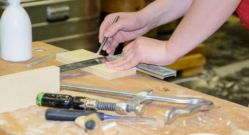 Wir suchen Tischler Raum Ahrensburg (w/m/d) für verschiedene Bereiche mit Berufserfahrung im Ladenbau, der Fenstermontage, im Möbelbau oder als Bautischler.