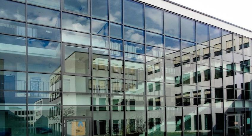 Wir suchen ab sofort Facharbeiter Glaser (w/m/d) für Montage und Instandhaltung von Glasfassaden, Fenstern, Türen und Toren mit Führerschein.